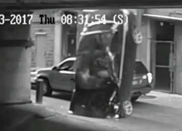 VIDEO - Accident spectaculos. A căzut cu maşina din parcarea supraetajată