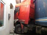 VIDEO - Accident spectaculos în județul Bistriţa Năsăud: Un TIR a intrat într-o casă după ce a izbit un microbuz