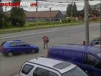 VIDEO ACCIDENT - Un bărbat a fost lovit de o mașină pe un bulevard în Baia Mare. Starea rănitului este gravă