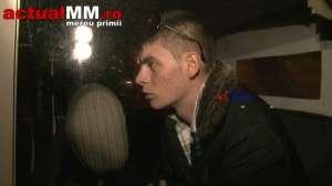 VIDEO ActualMM - Un tânăr s-a răzbunat pe o bancă din Baia Mare spărgându-i geamurile
