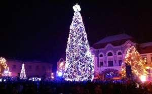 VIDEO: Baia Mare s-a luminat de 1 Decembrie. Cum arată bradul de Crăciun