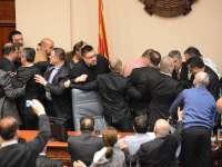 VIDEO: Bătaie în Parlamentul Macedoniei. Cel puţin 7 politicieni şi-au împărţit pumni