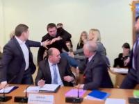 VIDEO: Bătaie în Parlamentul ucrainean. O gardă de securitate, lovită în cap de un parlamentar