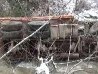 VIDEO - BISTRIŢA: Un autocamion a căzut într-o prăpastie de la o înălțime de cca. 100 m. O persoană şi-a pierdut viaţa