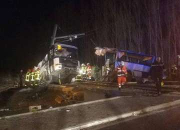 VIDEO - Cel puţin patru morţi, doi dintre ei copii, în Franţa, după ce un tren a intrat în plin într-un autobuz şcolar