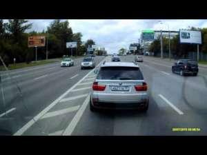 VIDEO: COCALAR - Şoferul unui BMW blochează o ambulanţă în misiune şi încearcă să o lovească