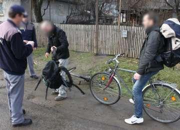 VIDEO: CONTRABANDĂ cu ţigări pe biciclete la Sarasău