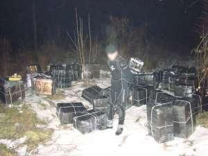 VIDEO CONTRABANDĂ: Un ucrainean echipat în scafandru a încercat să introducă în ţară 46.000 de pachete cu tigari