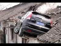 VIDEO. Cu mașina înfiptă în acoperiș