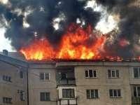 VIDEO cu momentul stingerii incendiului din cart. Bogdan Vodă - 800 mp din acoperișul blocului au ars