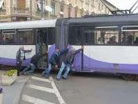 VIDEO: Cum împing timişorenii un tramvai rămas în pană