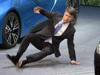 VIDEO - Directorul executiv al BMW a căzut pe scenă, la Salonul auto de la Frankfurt