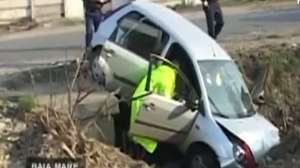 VIDEO: Doi bărbaţi beţi, la un pas să omoare doi copii cu o maşină furată de la o şcoală de şoferi