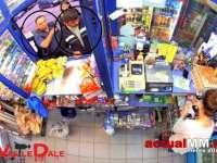 VIDEO – Doi bărbaţi înșală o vânzătoarele de la un magazin non-stop din Baia Mare