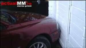 VIDEO - Două vânzătoare au fost blocate într-o tonetă din BAIA MARE de un autoturism cu numere de Anglia