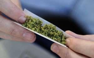 VIDEO: Droguri și țigări de contrabandă descoperite în casa unui bărbat din Rona de Sus