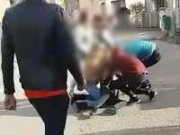 VIDEO - Elevă de clasa a IX-a, bătută cu pumnii și picioarele de patru colege mai mari
