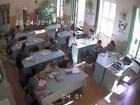 VIDEO - Eleve lovite cu biciul în sala de clasă