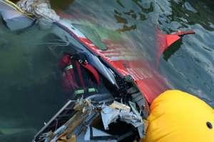 """VIDEO - Elicopterul SMURD prăbușit în lacul Siutghiol, filmat cu o dronă: """"Se vede clar cum cineva încerca să supravieţuiască"""""""
