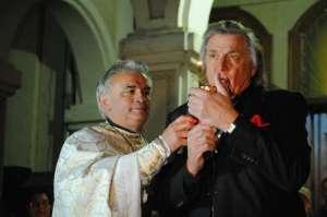 VIDEO: Florin Piersic a adus Lumina Sfântă la Catedrala Ortodoxă din Sighet, în Noaptea de Înviere