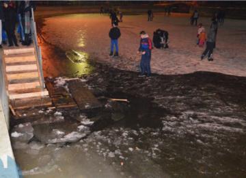 VIDEO: GHERLA - Clipe de groază pe patinoar. Gheaţa A CEDAT, mai mulţi oameni căzând în lac