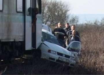 VIDEO - GRĂBINDU-SE SPRE MOARTE: Un tânăr din Maramureş a murit la volanul autoturismului lovit de tren