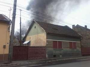 VIDEO INCENDIU - O casă în flăcări pe strada Gheorghe Șincai din Sighet