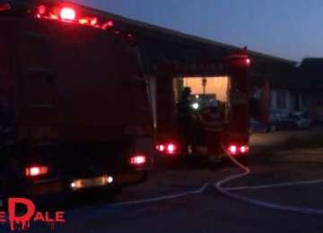VIDEO - INCENDIU: O hală din Baia Mare a luat foc azi noapte