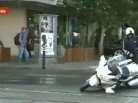 VIDEO: INCIDENT cu coloana oficială a preşedintelui Francois Hollande aflat în România: Un poliţist pe motocicletă s-a dezechilibrat şi a căzut