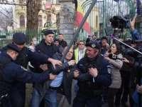 VIDEO - Jurnalistul Mălin Bot, ridicat cu forța de către jandarmi pentru că protesta în fața sediului PSD din București