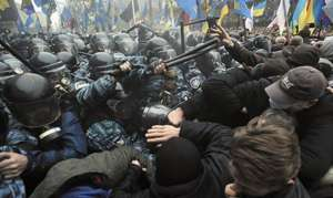 VIDEO LIVE UCRAINA: Violenţele s-au reluat joi la Kiev. Cel puţin un mort şi zece răniţi în noile violenţe