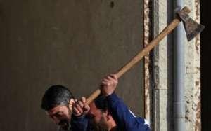 VIDEO - MARAMUREŞ: O adolescentă de 17 ani a fost mutilată şi lovită în neştire cu toporul în cap de către concubin
