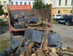 VIDEO: MARAMUREŞ - Zeci de mii de pachete cu ţigări de contrabandă  ascunse într-un autocamion încărcat cu lemne