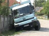 VIDEO - MARAMUREȘ: Un bărbat beat criță a intrat cu mașina de gunoi în șanț