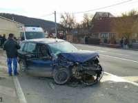 VIDEO: Maramureșeancă transportată la spital după ce șoferul a intrat cu mașina sub un camion