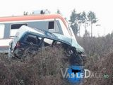 VIDEO - Mașină lovită de tren în Maramureș. Trenul a deraiat. Șoferul și un pasager au sărit din mașină înainte de impact