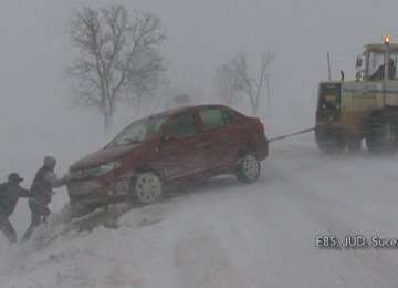 VIDEO - Ninsorile fac prăpăd în nordul ţării: Drumuri blocate, accidente şi temperaturi extrem de scăzute