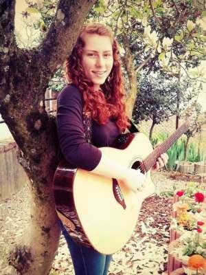 VIDEO: O adolescentă din Anglia a cântat în română o melodie interpretată de Ducu Bertzi