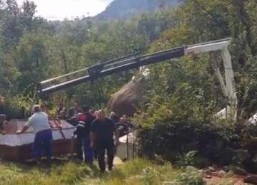 VIDEO - O femeie din Cavnic, ce cântărea peste 350 kg, a fost îngropată cu o macara