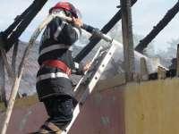 VIDEO: O mamă şi trei copii au rămas fără un acoperiş deasupra capului după ce casa lor a fost mistuită de flăcări