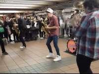VIDEO: O petrecere de neuitat susținut de o formație de muzică în metroul newyorkez - NYC SUBWAY PARTY!