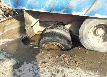 VIDEO - O Rabă aparținând TCM Nord, firma care execută lucrări de apă-canal în Sighet, a căzut într-o groapă în zona BIG