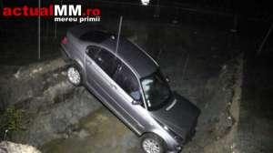 VIDEO - O șoferiță BEATĂ din SIGHET a plonjat cu BMW-ul într-o groapa adâncă de 3 metri