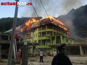 """VIDEO - Palatul """"Șoricelului"""" de lângă Baia Mare, distrus într-un incendiu devastator"""
