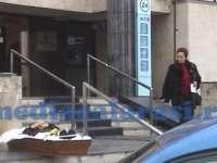 VIDEO - Protest macabru. A dus mortul în sicriu în faţa băncii
