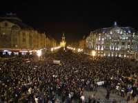 VIDEO: Proteste în toată țara împotriva politicienilor și în memoria victimelor de la clubul Colectiv
