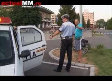 VIDEO - SCANDAL CA LA UȘA CORTULUI: Un biciclist beat s-a aruncat în fața unui autoturism și a devenit agresiv cu șoferița