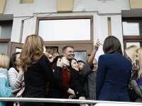 VIDEO - Selfie cu președintele Klaus Iohannis la întoarcerea acestuia în țară