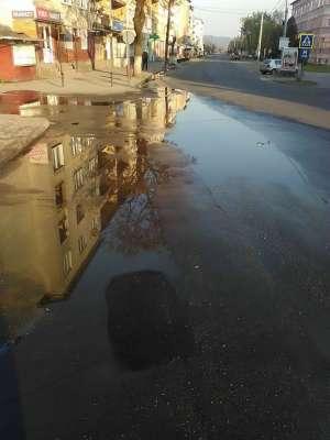 VIDEO - SIGHET: Avarie majoră la rețeaua de apă a Vital. Zeci de mii de metri cubi de apă s-au scurs în stradă. Cine plătește apa?
