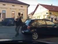 """VIDEO: SIGHET - După ce a blocat intersecția parcând ca un bou, un """"bun creștin"""" amenință un alt șofer cu bătaia"""